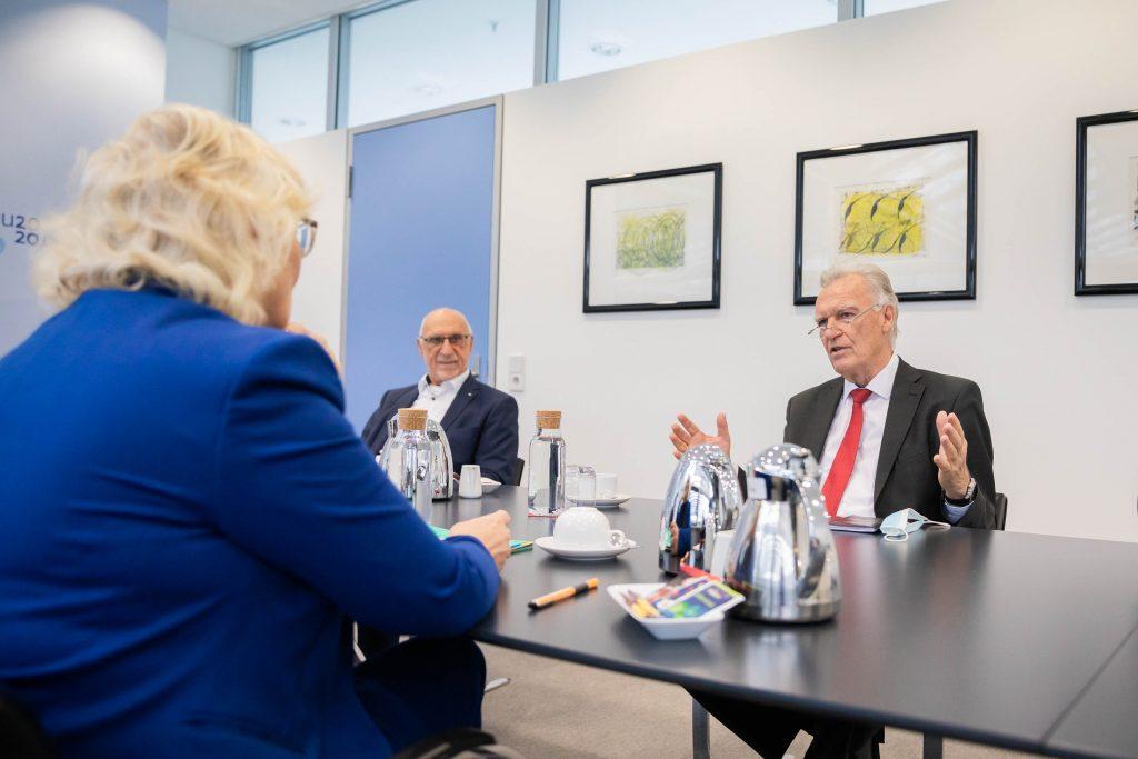 Im regelmäßigen Austausch: Bundesjustizministerin Lambrecht mit dem Bundesvorsitzenden des WEISSEN RINGS, Jörg Ziercke (rechts), und Bundesvorstandsmitglied Gerhard Müllenbach, bei einem Gesprächstermin in Berlin. Foto: Soeder