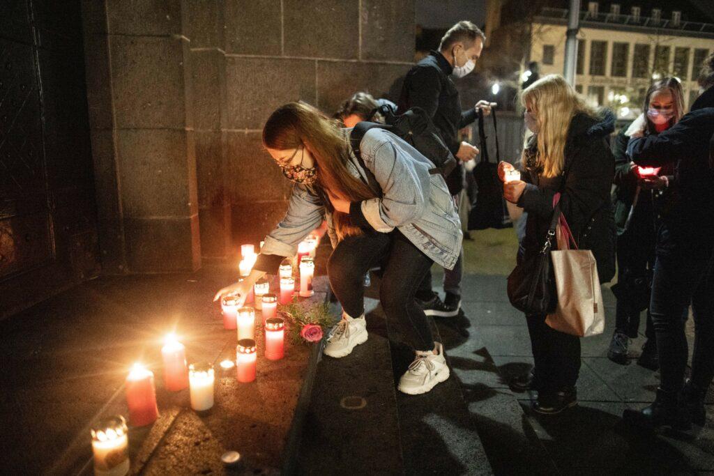Eine Frau stellt eine Kerze bei einer Gedenkveranstaltung für das Todesopfer des islamistischen Messerangriffs von Dresden auf. ∙ Foto: Marcel Kusch/dpa