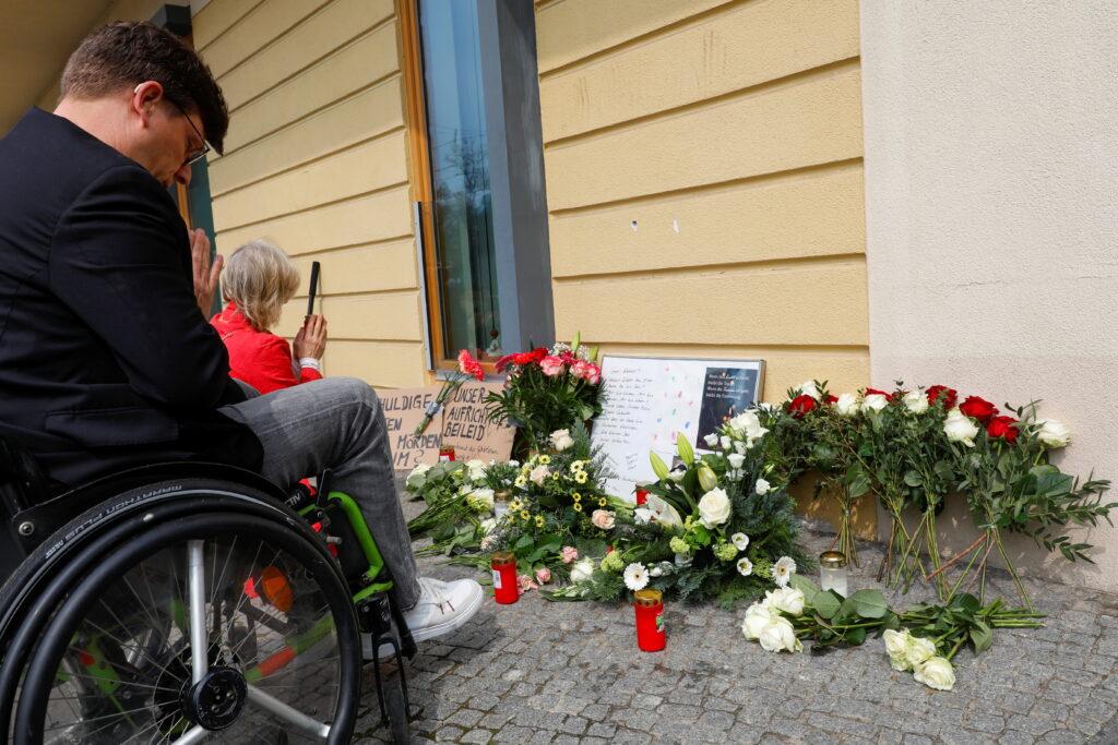 Stilles Gedenken: Steffen Helbing vom Deutschen Gehörlosen- Bund und seine Frau Gerlinde trauern um die in Potsdam getöteten Menschen mit Behinderung. Foto: Michele Tantussi/Reuters/p-a Butzmann
