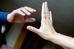 Die Polizei erfasst jährlich mehr als 140.000 Opfer von häuslicher Gewalt. - Foto: Hauke-Christian Dittrich