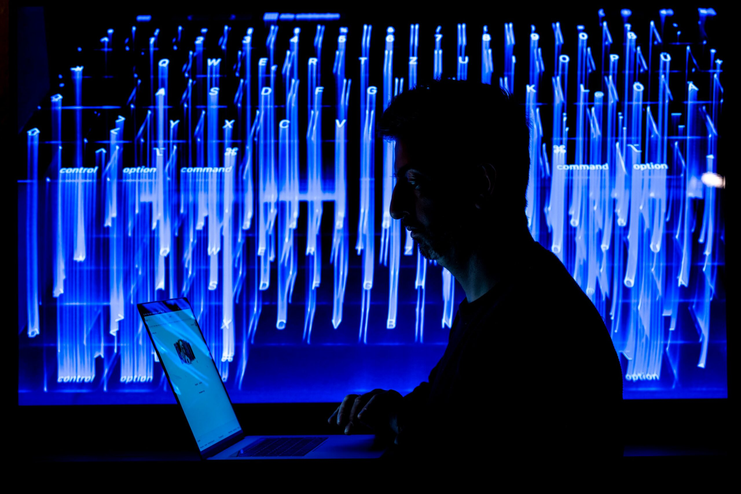 Hass und Hetze im Netz (Symboldbild), Foto: Mohssen Assanimoghaddam/WEISSER RING