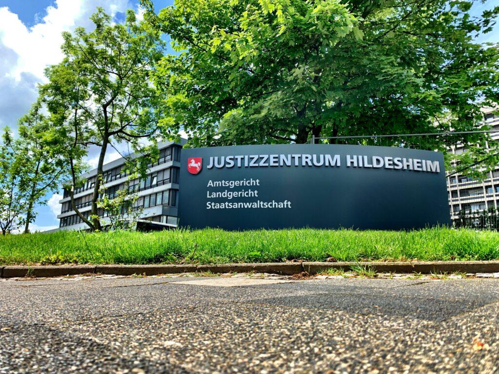 Im Justizzentrum Hildesheim, einem schmucklosen Zweckbau an einer Hauptverkehrskreuzung der 100.000-Einwohner-Stadt in Niedersachsen, werden auch Kapitaldelikte aus der Umgebung verhandelt. Foto: Tobias Großekemper