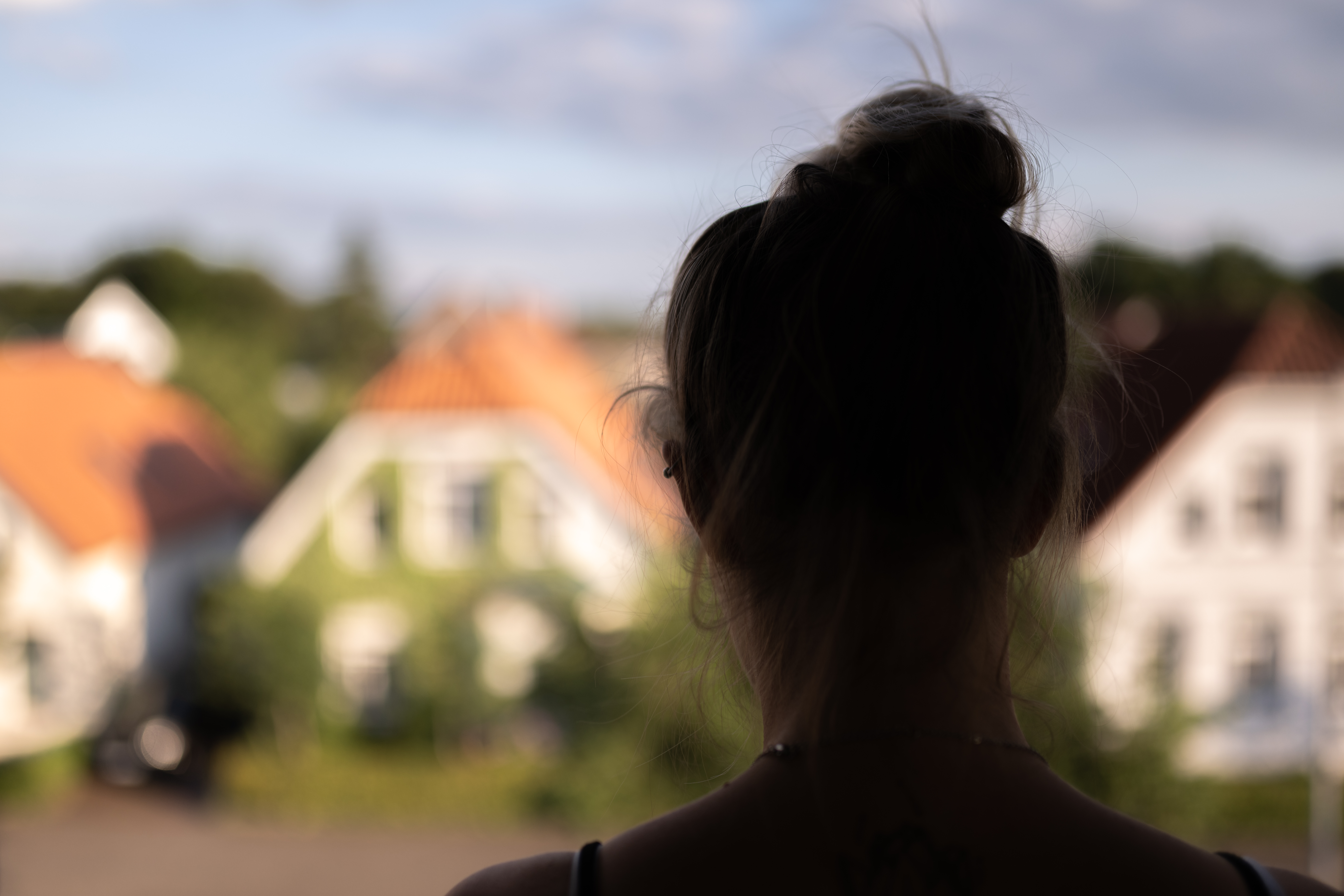 Symbolbild Frau am Fenster / Foto: Mohssen Assanimoghaddam