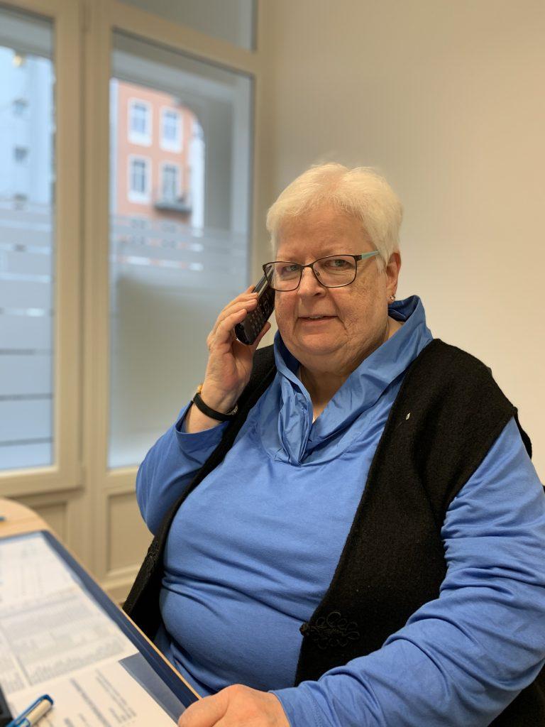 Sabine Hartwig, 70 Jahre alt, ist seit 2009 Trägerin des Bundes-verdienstkreuzes am Bande. Foto: Krogmann
