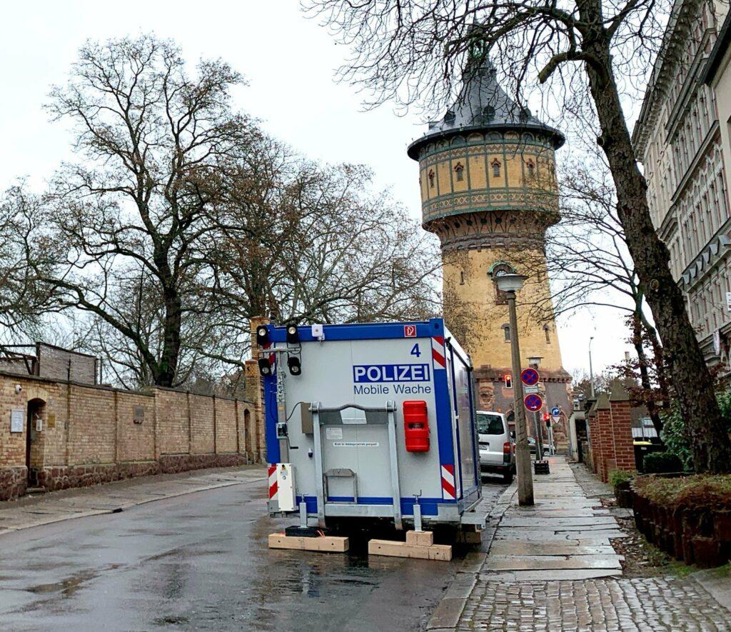 Sinnbildliches Provisorium: Eine mobile Polizeiwache vor der Mauer der Synagoge in Halle ∙ Foto: Tobias Großekemper