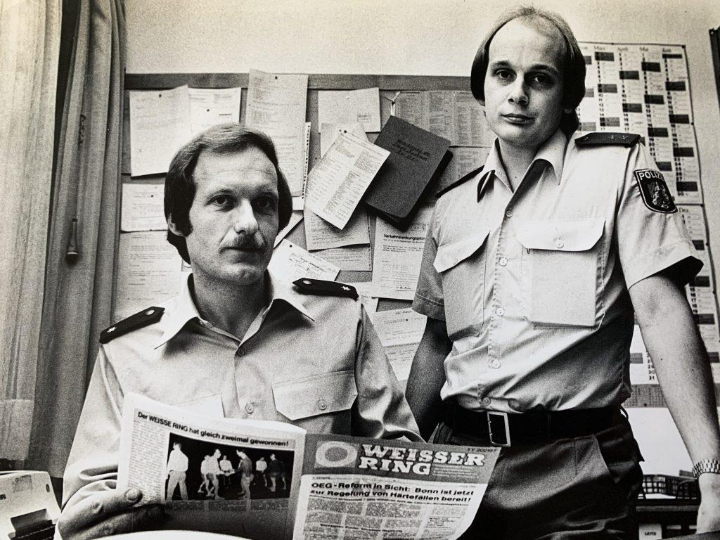 Weber (links) gemeinsam mit einem Kollegen aus dem Präsidium Bochum in seinen Anfangsjahren beim WEISSEN RING ∙ Foto: Privat