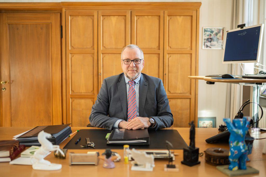 Johann Kühme, 62 Jahre alt, ist seit 2013 Präsident der Polizeidirektion Oldenburg – und damit zuständig für mehr als 1,7 Millionen Einwohnerinnen und Einwohner. Foto: Mohssen Assanimoghaddam
